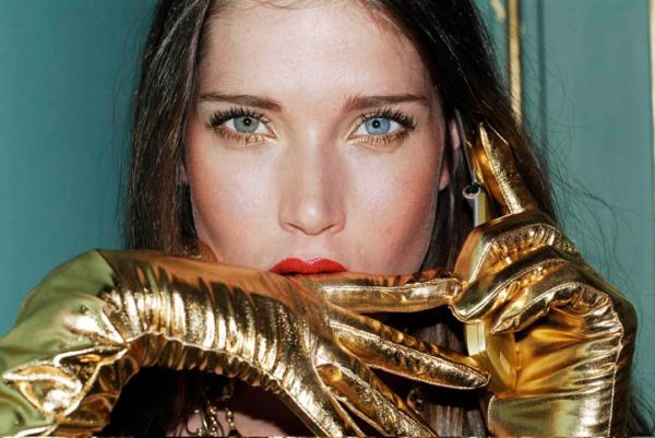 girl with golden gloves photgrapher pablo franco
